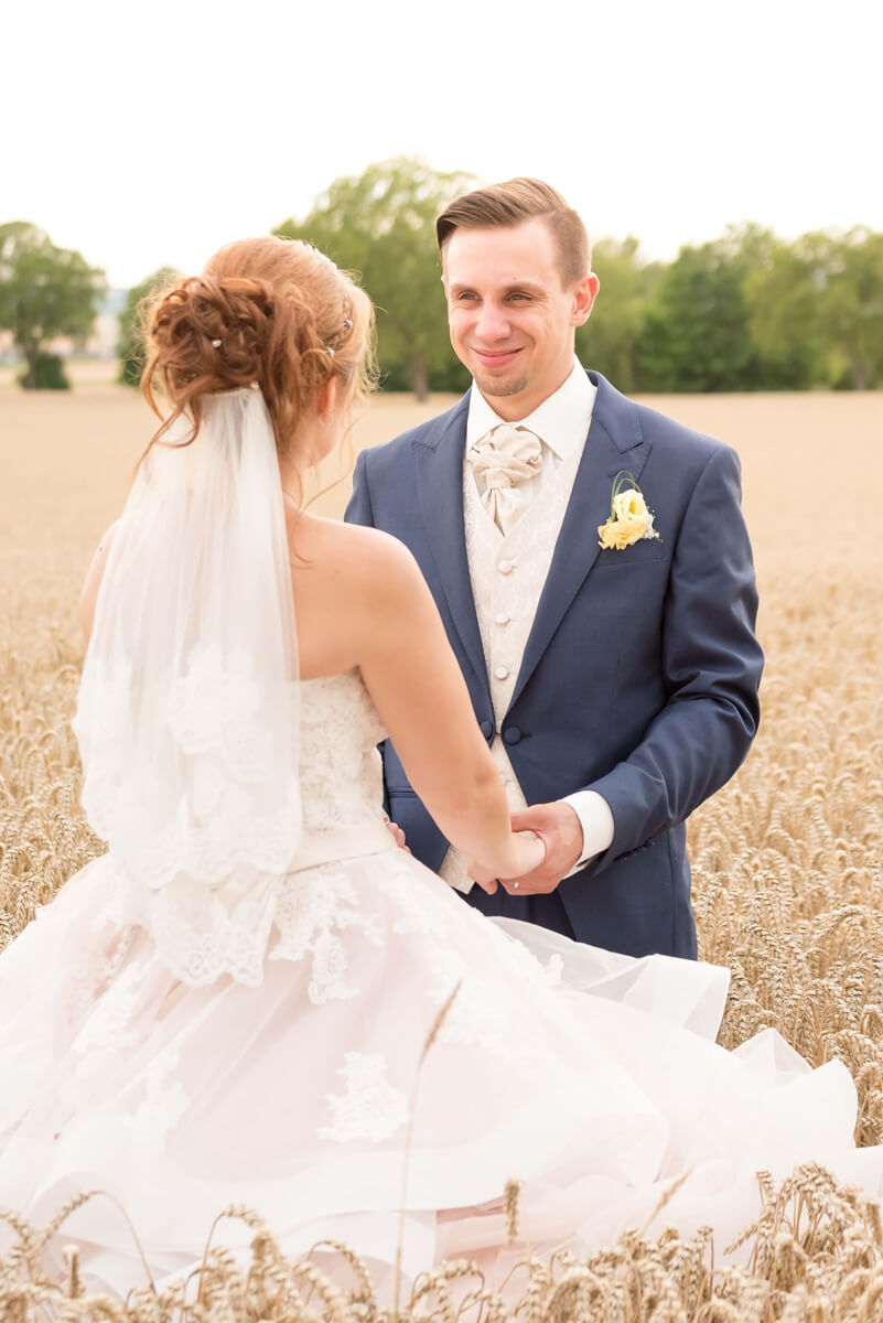Hochzeitsfoto im Kornfeld bei Nierstein mit Laura & Cedric. Foto: Stephan Benz